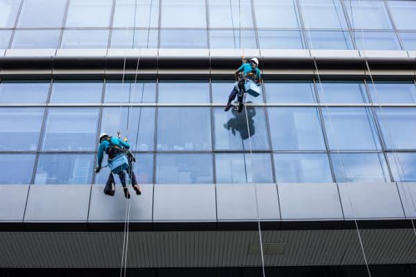 Perícias de Insalubridade e Periculosidade: homens limpando janelas.