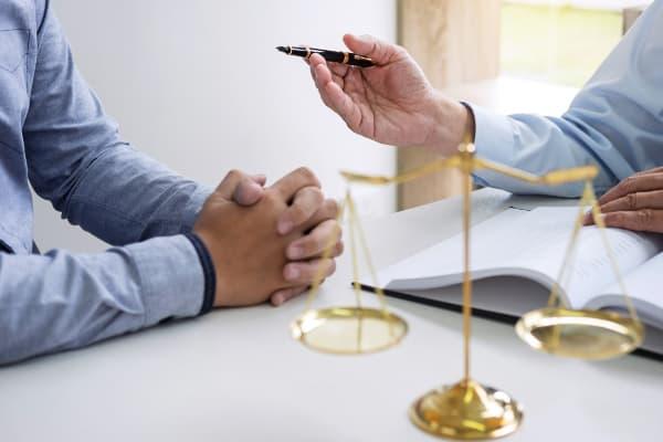 Assistência Técnica em Perícias Judiciais: assistente técnico conversando com advogado.