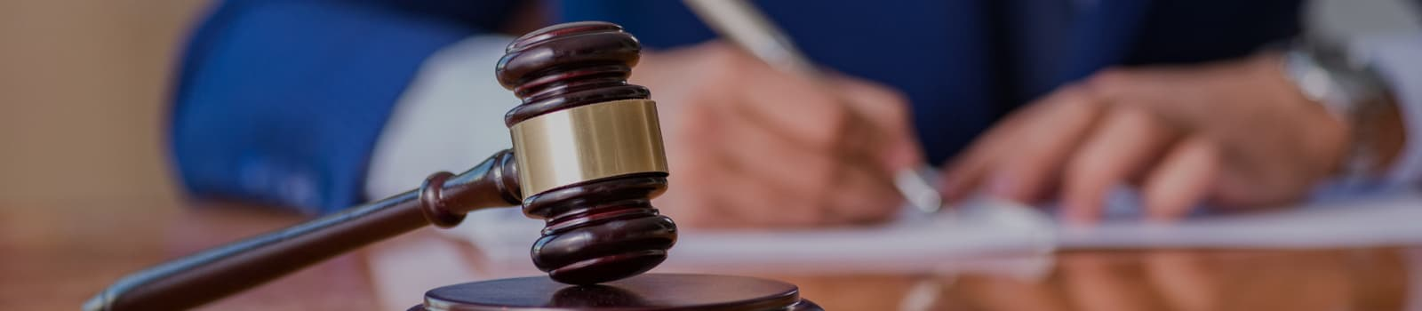 Juiz assinando uma sentença de causa trabalhista.