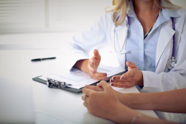Assistência Técnica em Perícias Médicas: pessoa assinando um documento.