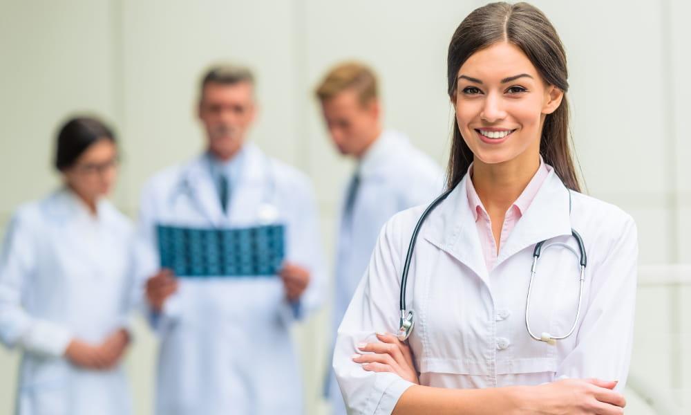 Perícias médicas: equipe de médicos avaliando os resultados de um exame.
