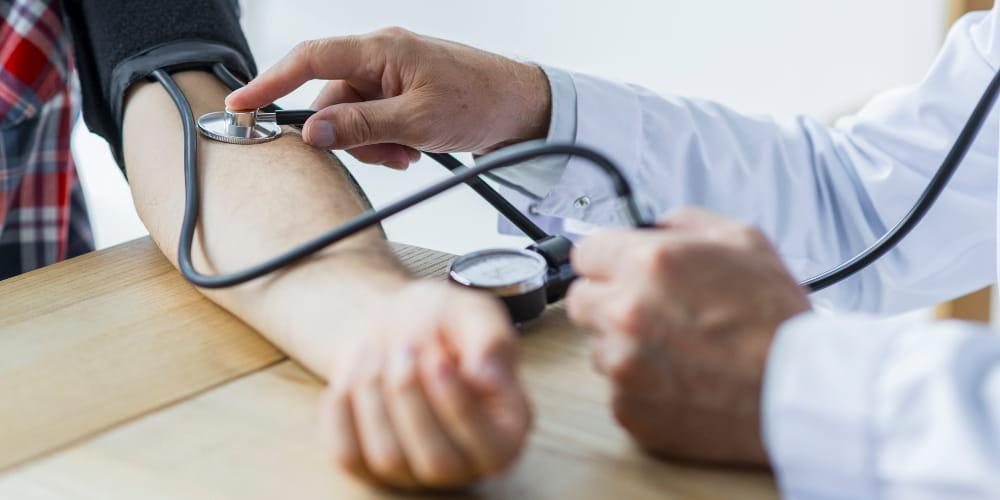 Transtornos psiquiátricos do trabalho: mulher massageando o pulso.