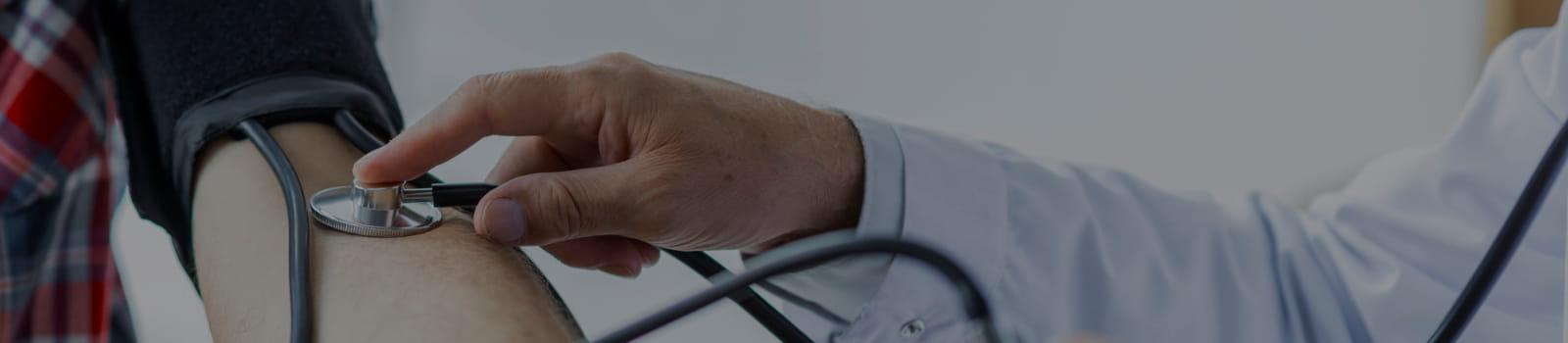 Médico avaliando um funcionário no ambulatório.